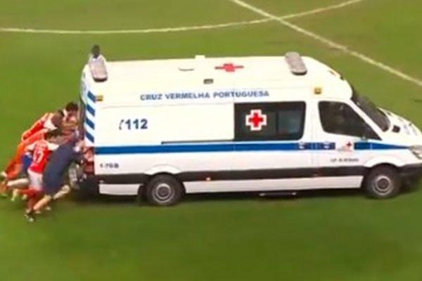 Na Taça de Portugal, jogadores do Braga e Porto empurram ambulância