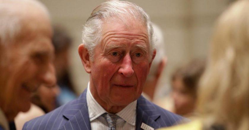 Após morte do pai, príncipe Carlos quebra silêncio