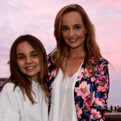 Bárbara Norton de Matos mostra-se em biquíni com a filha na praia